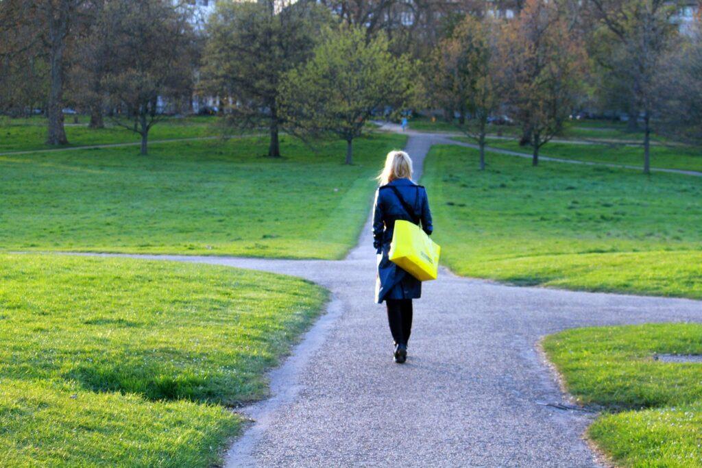 Zin in Werk Vrouw loopt over haar pad